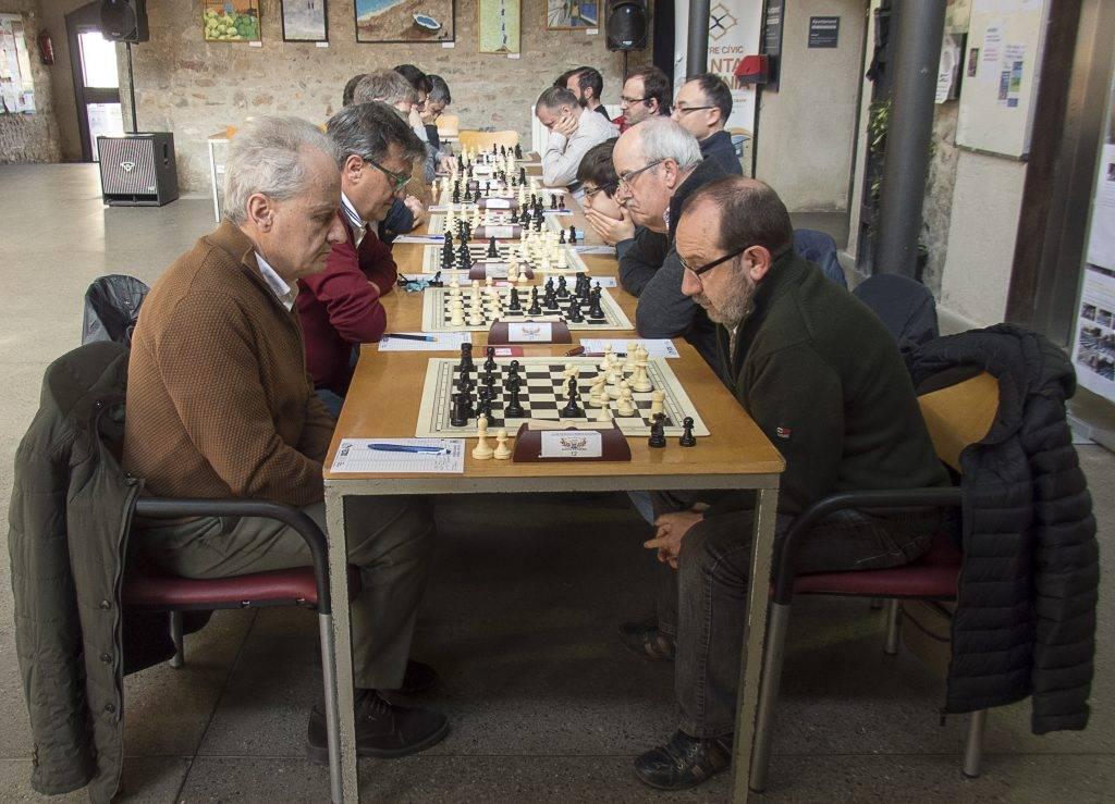 L'Equip B, a la dreta, amb en Joan Gallart defensant el primer escaquer. (Foto: Jordi Alvarez)