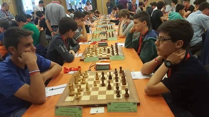 Isaac Turón, a la dreta, seguint l'obertura italiana del campió del torneig.