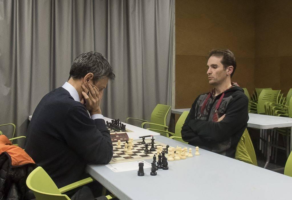 Primera partida en un Open de Joan Alsina (de cares) qui tot i perdre va fer una bona partida. (Foto: Jordi Álvarez)
