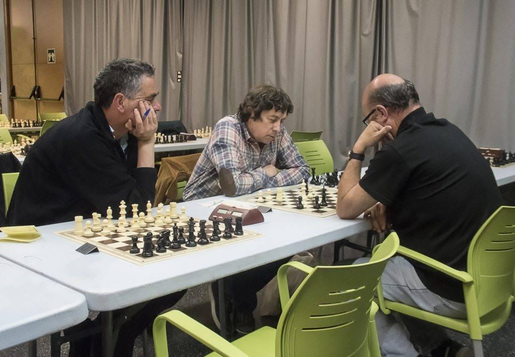L'eugenienc Josep Garcia contemplant la partida del company de club Jordi Sabrià (d'esquenes) contra el suís Max Voegeli. (Foto: Jordi Álvarez)