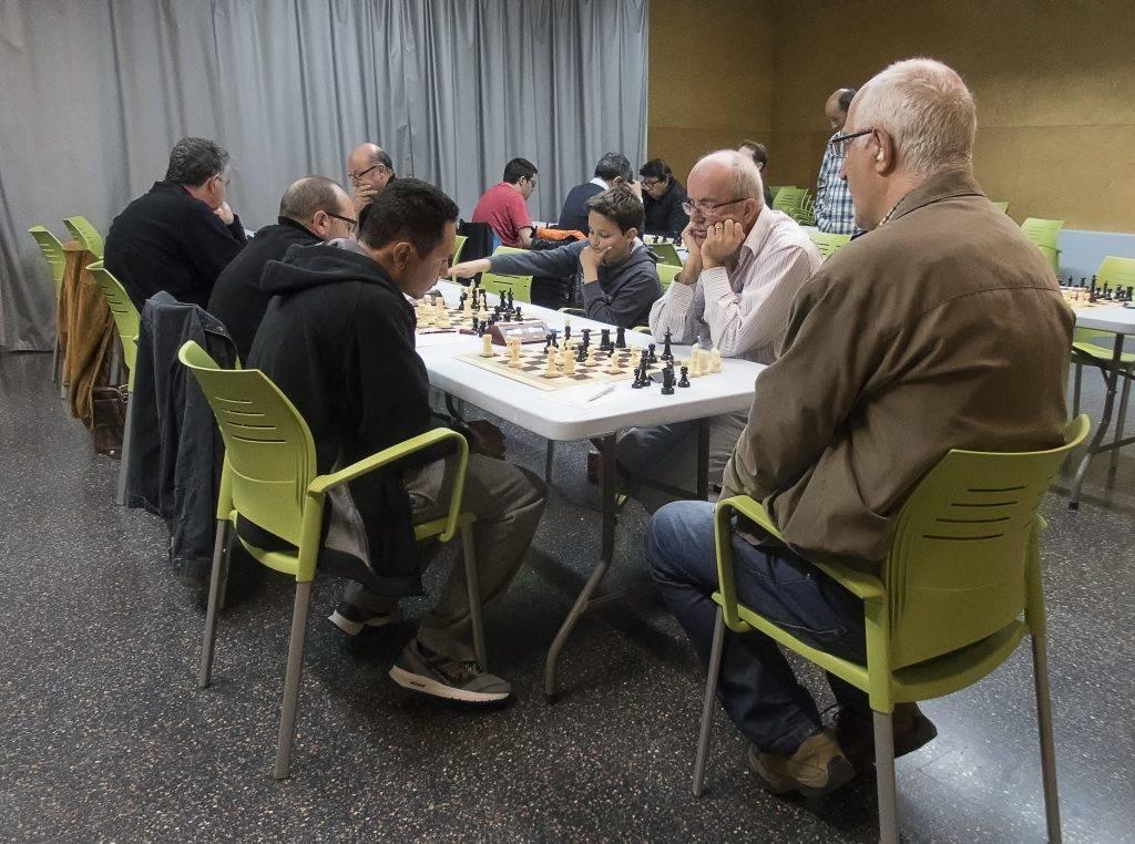 Jugant, hi ha els eugeniencs Teixidor, Gallart i al fons, Sabrià. (Foto: Jordi Álvarez)
