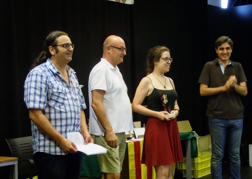 Maria Vidal rebent el trofeu a millora jugadora femenina acompanyada per Jordi Vidal, Jordi Sabrià i el regidor d'Esports de l'Ajuntament de Girona, Manel Martín. (Foto: Jordi Álvarez)